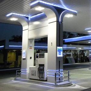 Vältrafikerad bensinstation med servicebutik